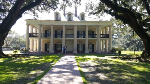 Front of Oak Alley Plantation